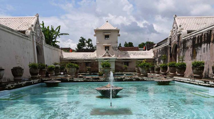 Водный замок Таман Сари