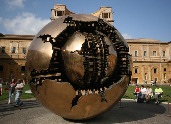 Статуя «Сфера внутри сферы»