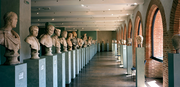 Внутри музея Сен-Раймон