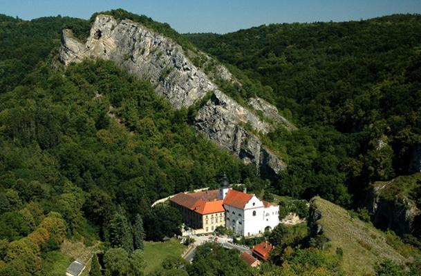 Монастырь Святой Ян под скалой
