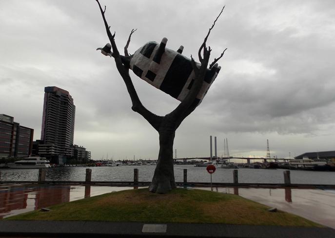 Арт-объект «Корова на дереве»