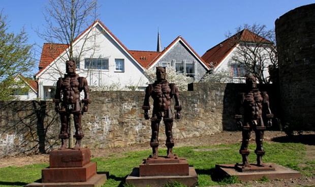 Памятник «Люди из железа»