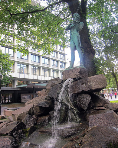 Памятник скрипачу Оле Буллу