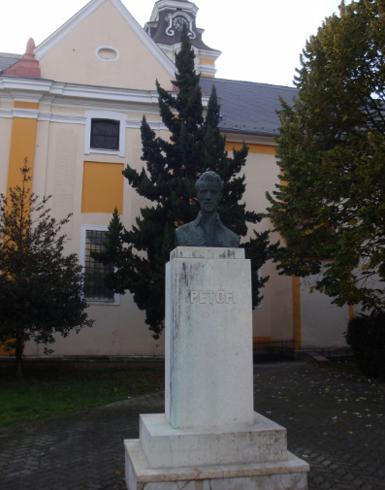 Памятник Шандору Петефи в Шарваре