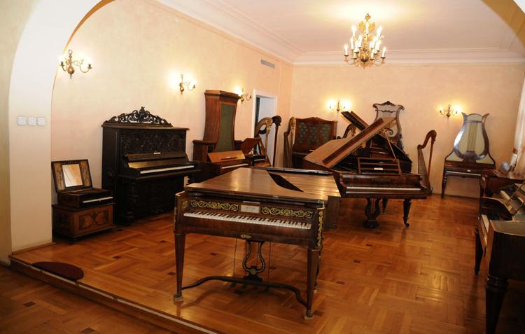Внутри музея музыкальных инструментов