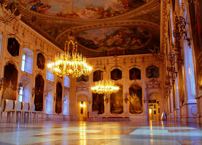 Внутри императорского дворца