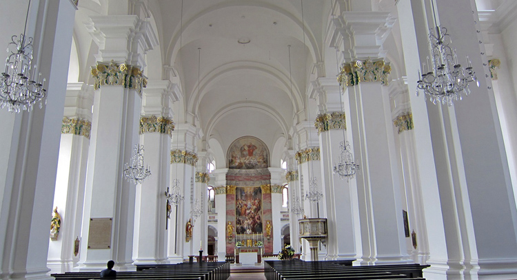 Внутри церкви иезуитов
