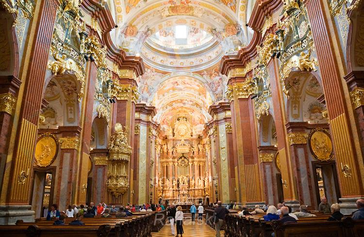 Внутри бенедиктинского монастыря
