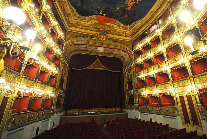 Внутри театра Верди