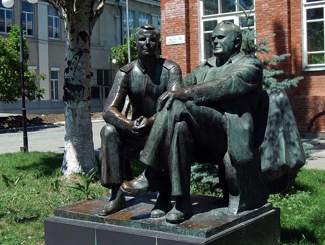 Памятник Королеву и Гагарину