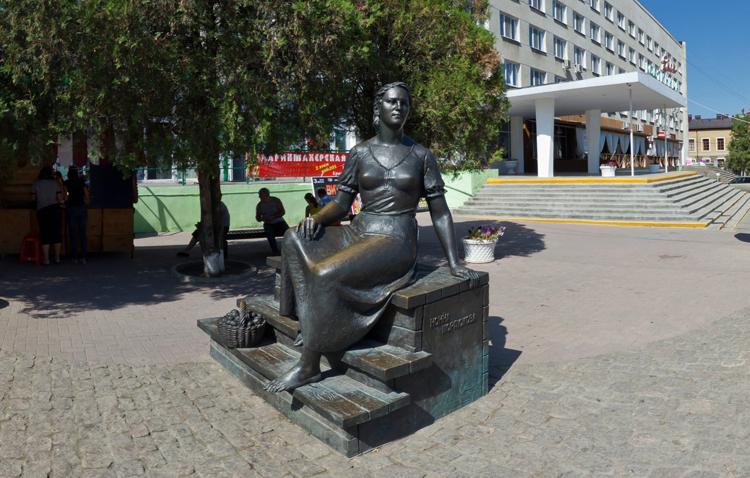 Памятник Н. Мордюковой