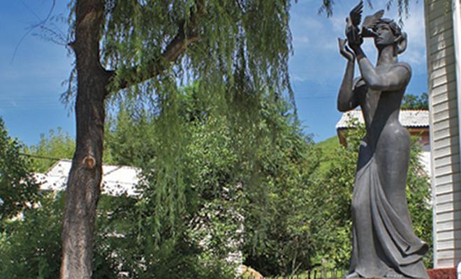 Статуя женщины, держащей голубя