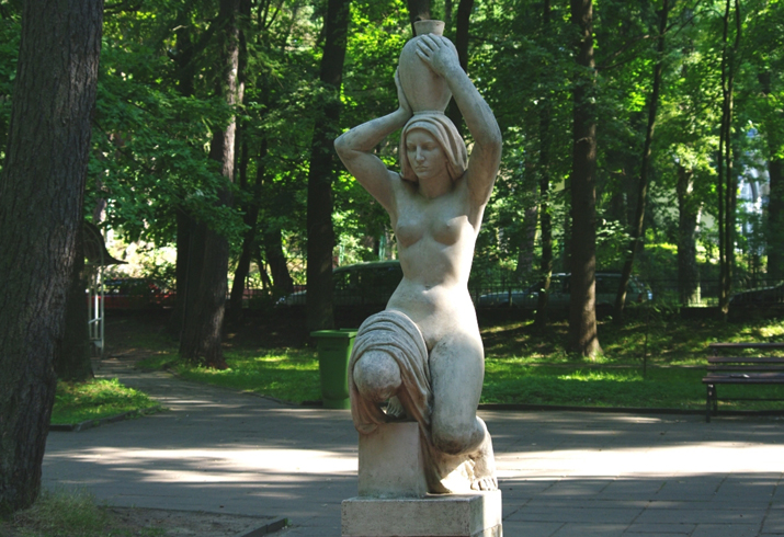 """Скульптура """"Несущая воду"""""""