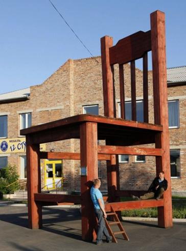 Памятник стулу
