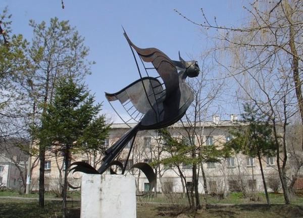 Скульптурная композиция женщины-птицы