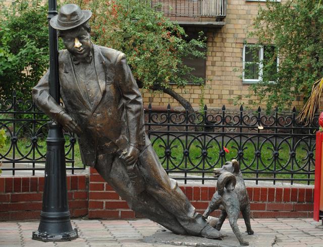 Скульптура «Мужчина с собачкой»