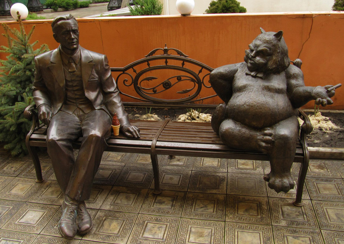 Памятник «Булгаков с Бегемотом на лавочке»