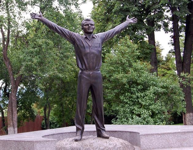 Памятник молодому Юрию Гагарину