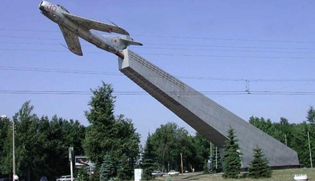 Монумент «Бесстрашным летчикам»