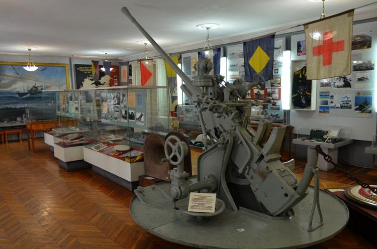 Внутри музея судостроения