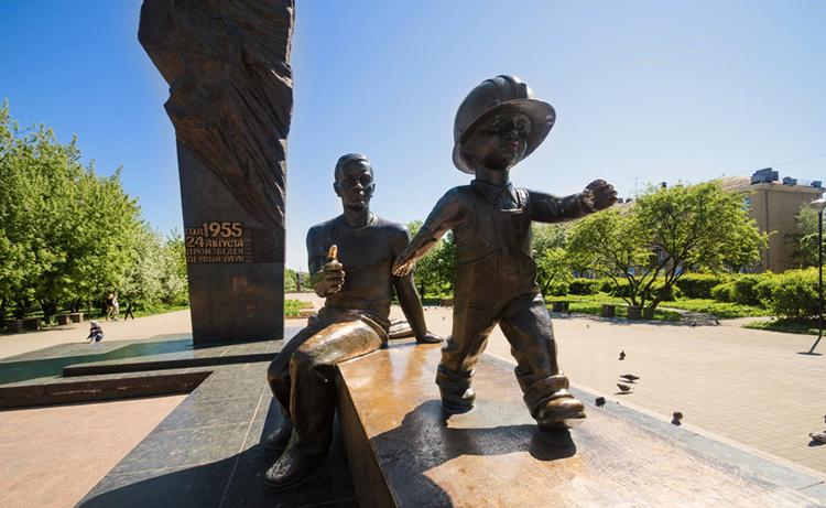 Памятник металлургам - Преемственность поколений