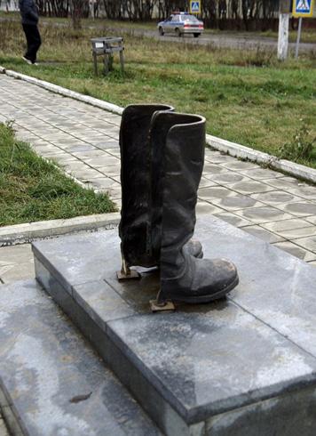 Памятник сапогам