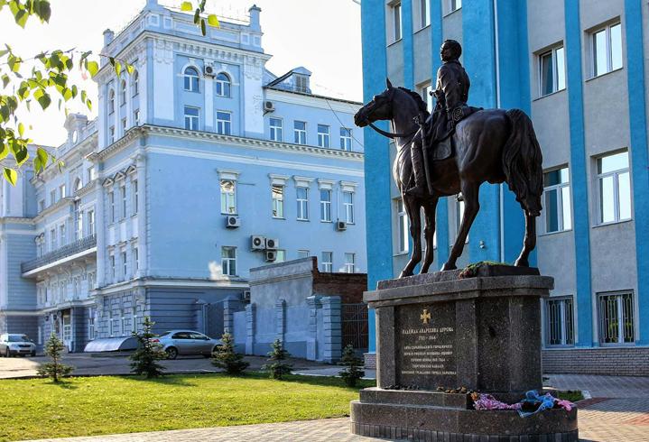 Памятник Н. Дуровой