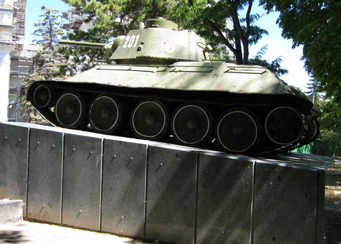 Танк Т-34 в сквере победы