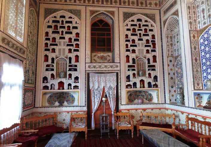 Внутри дома музея Файзуллы Ходжаева