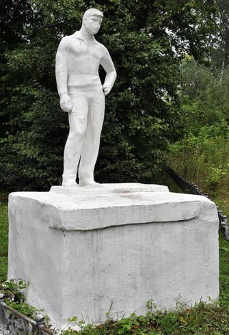 Скульптура молодого человека в Товарковском парке