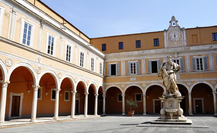 Во дворе дворца