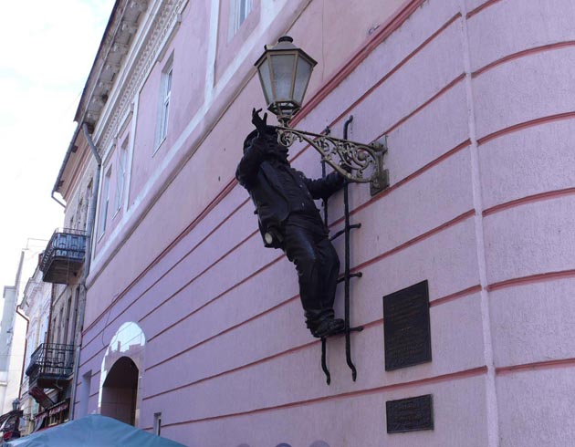 Памятник фонарщику