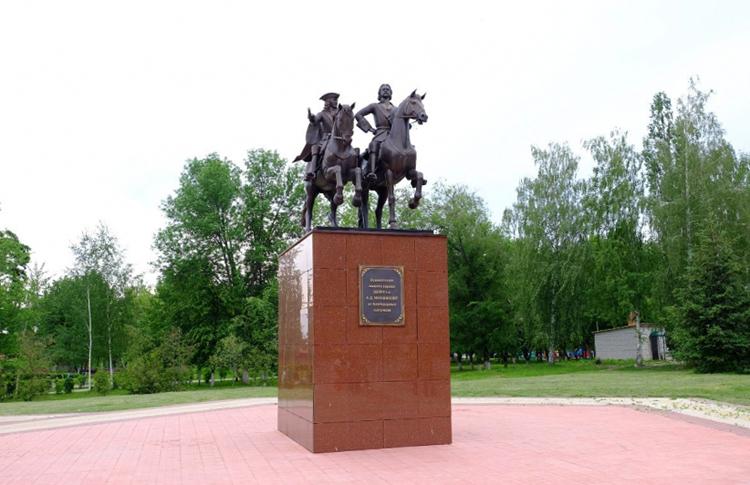 >Памятник Петру I и А. Меньшикову в Чаплыгине