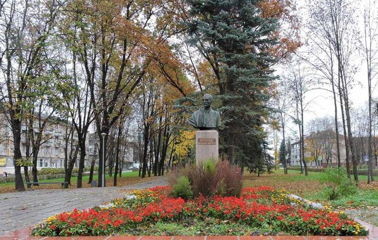 Памятник Ф. Жолио-Кюри