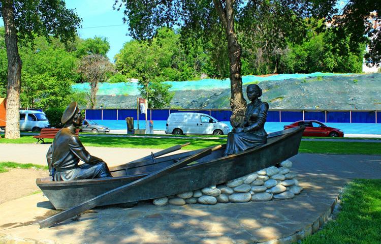 Скульптурная композиция Григорий и Аксинья в лодке