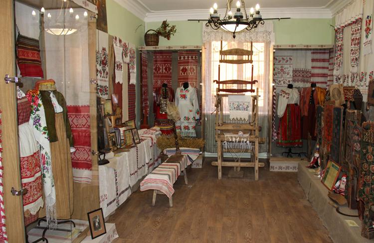 Внутри музея льна
