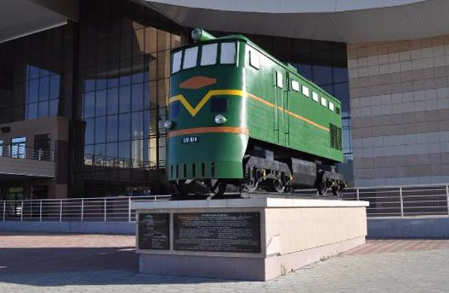 Памятник в честь открытия железнодорожного сообщения в Нижневартовске