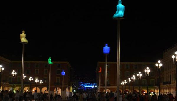 Светящиеся статуи на площади Массена