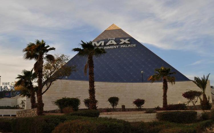 Кинотеатр-пирамида и цветомузыкальный фонтан