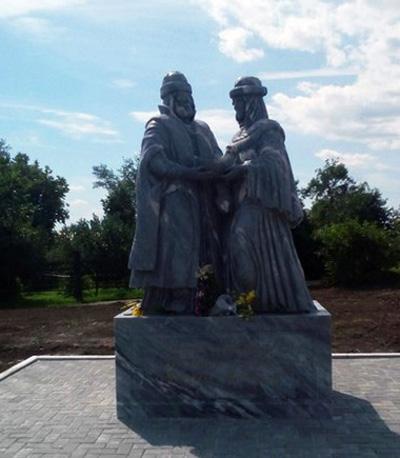 Памятник преподобным Петру и Февронии Муромским