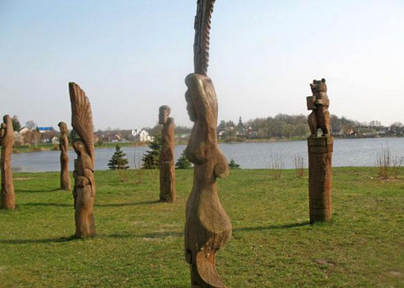 Парк с деревянными скульптурами