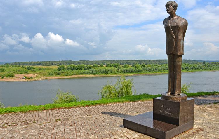 Памятник Б.А. Ахмадулиной
