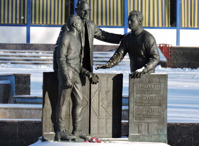 Памятник основателям местного хоккея