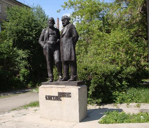 Памятник К. Марксу и Ф. Энгельсу