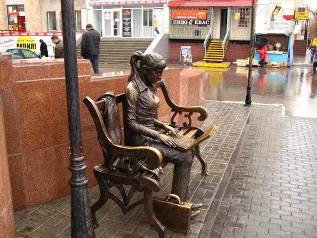 Скульптура девушки с ноутбуком