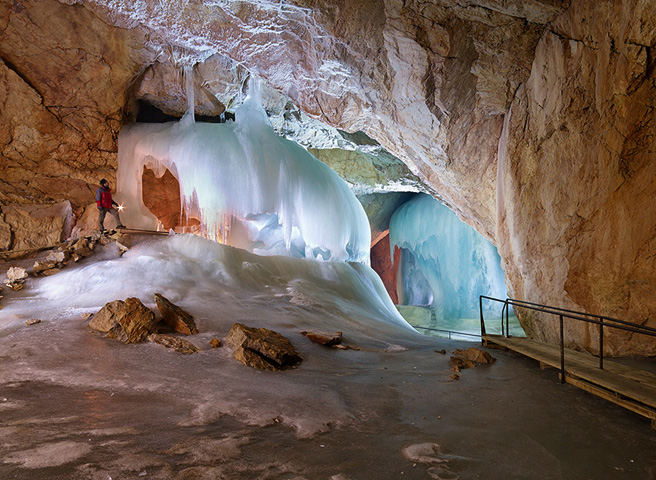 внутри ледяной пещеры