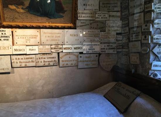 Внутри дома музея Бернадетт
