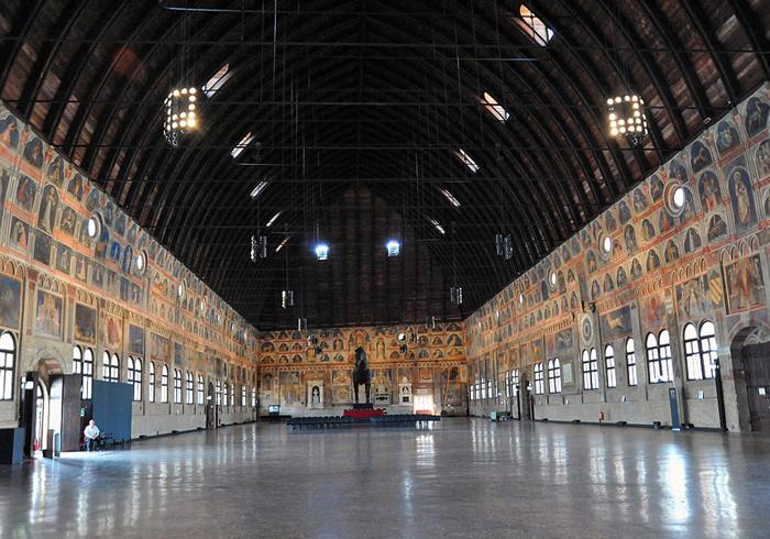 внутри Палаццо делла Раджоне