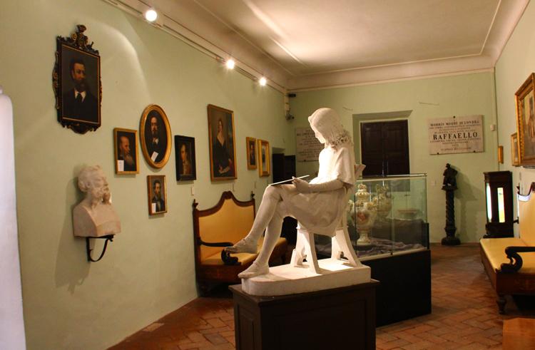 Внутри музея Рафаэля Санти