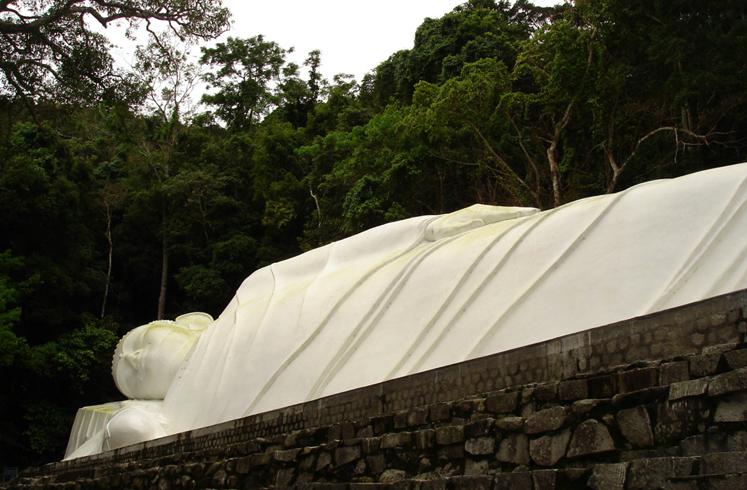 Статуя Лежачего Будды на горе Та Ку